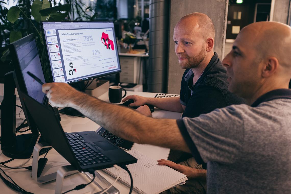 Mann sitzt vor Laptop mit Auswertungssoftware